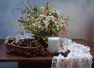 Hintergrundbilder Sträuße Kamillen Milch Kirsche Stillleben Trinkglas Tisch Lebensmittel Blumen