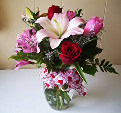 Hintergrundbilder Sträuße Rosen Lilien Alstroemeria Vase