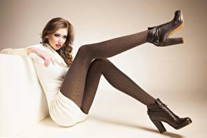 Bilder Braune Haare Sitzend Bein Boots Mädchens
