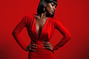 Fotos Brünette Neger Kleid Roter Hintergrund Hand Dekolletee junge Frauen