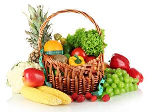 Papel de Parede Desktop Frutas Hortaliça Uvas Maçãs Morangos Milho Pimentão Fundo branco Cesta de vime comida