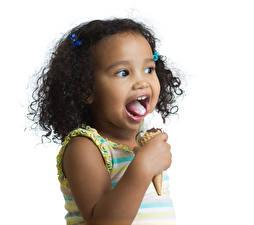 Bilder Speiseeis Weißer hintergrund Kleine Mädchen Neger Zunge Kinder