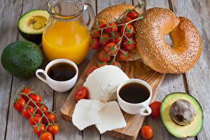 Fotos Saft Kaffee Tomate Brötchen Avocado Bretter Schneidebrett Kannen Tasse Lebensmittel