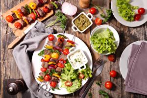 Papel de Parede Desktop Produtos de carne Chachlik Hortaliça Tomate Faca Tábuas de madeira Prato Alimentos