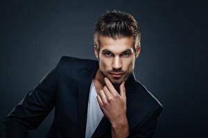 Fotos Mann Grauer Hintergrund Hand Starren Anzug