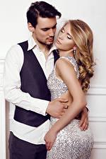 Hintergrundbilder Mann Liebe 2 Blondine Umarmung Kleid Mädchens
