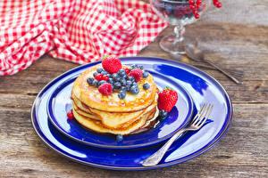 Bilder Eierkuchen Heidelbeeren Erdbeeren Teller Gabel Lebensmittel