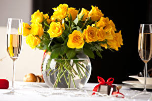 Fotos Rosen Schaumwein Vase Gelb Weinglas Geschenke Schleife Blüte Lebensmittel