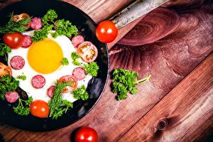 Fotos Wurst Tomaten Gemüse Bretter Spiegelei Lebensmittel