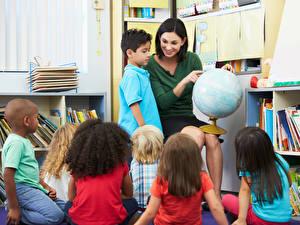 Hintergrundbilder Schule Junge Kleine Mädchen Globus Kinder