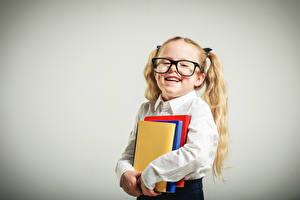 Bilder Schule Grauer Hintergrund Kleine Mädchen Bücher Brille Lächeln kind