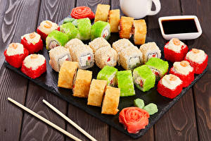 Hintergrundbilder Meeresfrüchte Sushi Bretter Mehrfarbige Sojasauce das Essen