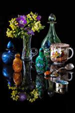 Hintergrundbilder Stillleben Sträuße Freesien Schwarzer Hintergrund Vase Tasse Flasche Spiegelung Spiegelbild