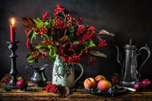 Fotos Stillleben Kerzen Pfirsiche Beere Mehlbeeren Pflaume Vase Kanne Lebensmittel