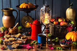Bilder Stillleben Pfeifkessel Äpfel Kürbisse Beere Süßigkeiten Kanne Becher Weidenkorb