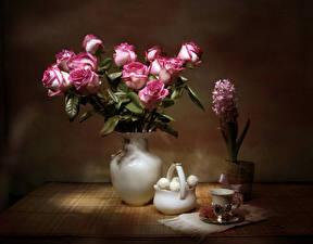 Fotos Stillleben Rosen Hyazinthen Süßigkeiten Vase Tasse Blumen Lebensmittel
