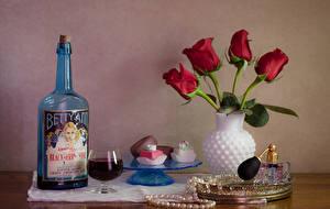 Bilder Stillleben Tulpen Wein Bonbon Schmuck Vase Rot Flasche Weinglas Lebensmittel Blumen