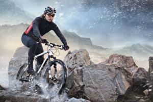 Fotos Steine Fahrräder Fährt Uniform Helm Schnee