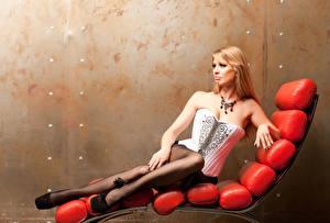Fotos Sonnenliege Blond Mädchen Korsett Mädchens