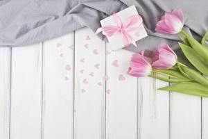 Papéis de parede Tulipas Dia dos Namorados Presentes Coração Tábuas de madeira Flores