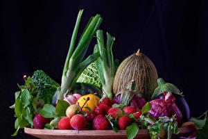 Fotos Gemüse Obst Melone Pflaume Zwiebel Erdbeeren Schwarzer Hintergrund