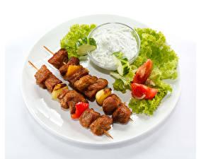 Papel de Parede Desktop Hortaliça Produtos de carne Shashlik Fundo branco Prato Alimentos