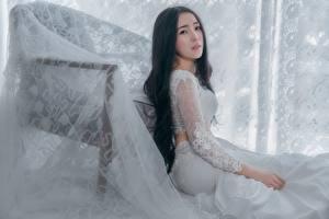Bilder Asiatische Brünette Blick Sitzend Mädchens