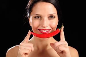 Fonds d'écran Piment Doigts Fond noir Visage Rouge à lèvres Sourire Filles
