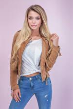 Fotos Farbigen hintergrund Blondine Starren Jeans Hand Mädchens