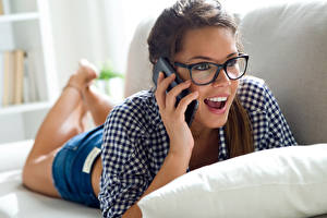 Fotos Finger Braunhaarige Smartphone Brille Überraschte junge frau