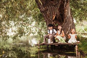 Bilder Fischerei Drei 3 Junge Kleine Mädchen Glücklich Baumstamm Kinder