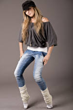 Hintergrundbilder Grauer Hintergrund Blondine Jeans Baseballcap Mädchens