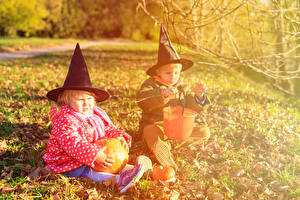 Hintergrundbilder Feiertage Halloween Kürbisse 2 Junge Kleine Mädchen Der Hut Sitzend Kinder