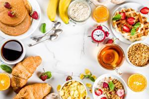 Fotos Fruchtsaft Croissant Eierkuchen Wecker Frühstück