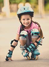 Bilder Kleine Mädchen Lächeln Rollschuh Helm Starren Kinder