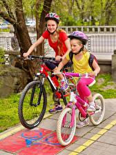 Hintergrundbilder Kleine Mädchen 2 Fahrrad Helm Kinder