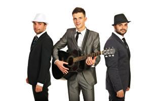 Bilder Mann Weißer hintergrund Gitarre Drei 3 Anzug