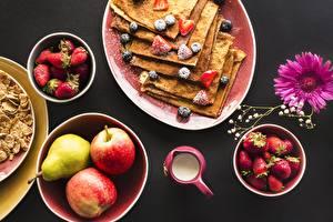 Fotos Eierkuchen Äpfel Erdbeeren Frühstück