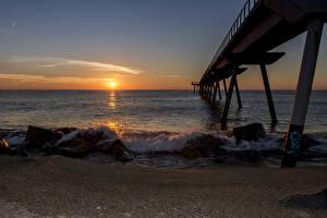 Hintergrundbilder Spanien Küste Sonnenaufgänge und Sonnenuntergänge Meer Schiffsanleger Wasserwelle Barcelona Natur