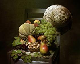 Fotos Stillleben Weintraube Birnen Melone Kirsche Grauer Hintergrund Stuhl Der Hut Weidenkorb Blattwerk