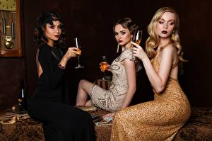 Fotos Drei 3 Kleid Sitzend Blondine Weinglas Mädchens