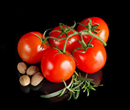 Bilder Tomate Großansicht Nussfrüchte Schwarzer Hintergrund Lebensmittel