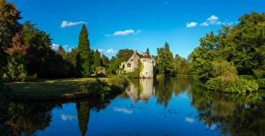 Bilder Vereinigtes Königreich Burg Teich Bäume Scotney Castle