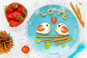 Fotos Valentinstag Erdbeeren Vögel Frühstück Teller Lebensmittel