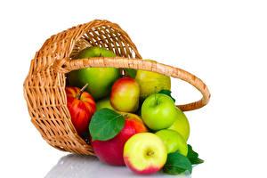 Fotos Äpfel Weißer hintergrund Weidenkorb Lebensmittel