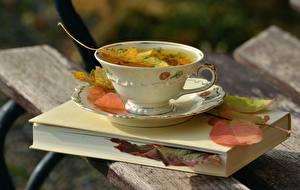 Bilder Herbst Großansicht Tasse Buch Blatt Bretter