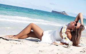 Hintergrundbilder Strand Braunhaarige Brille Kleid Bein Mädchens