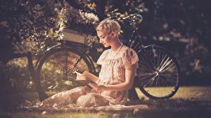 Hintergrundbilder Blond Mädchen Fahrrad Sitzend Kleid Buch junge frau