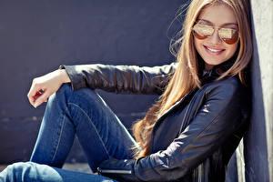 Fotos Blondine Brille Lächeln Starren Jeans Jacke Mädchens