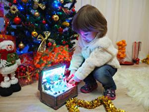 Bilder Neujahr Feiertage Geschenke Kleine Mädchen Sweatshirt Kinder